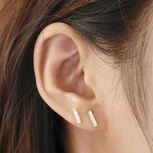 14 kt mini bar stud earrings